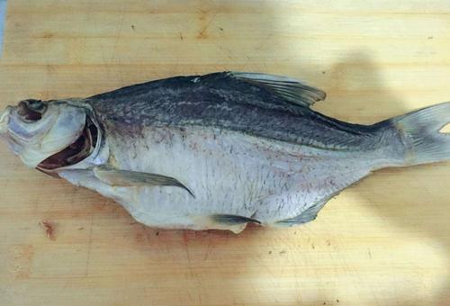 以前地主家过年为什么要在门后挂一条老咸鱼?