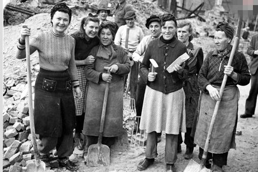 二战结束后德国死亡了多少男性?战后德国国内剩余男性的生活是怎
