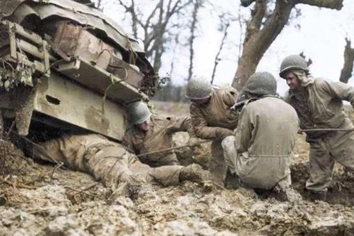 二战期间美国士兵为何要扫射几方战友的尸体?这其中有什么原因?