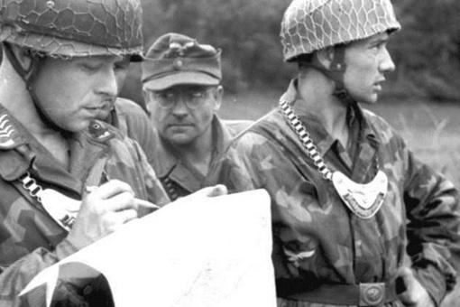 """二战时德国士兵胸前挂的""""月牙形牌牌""""是干啥的?"""