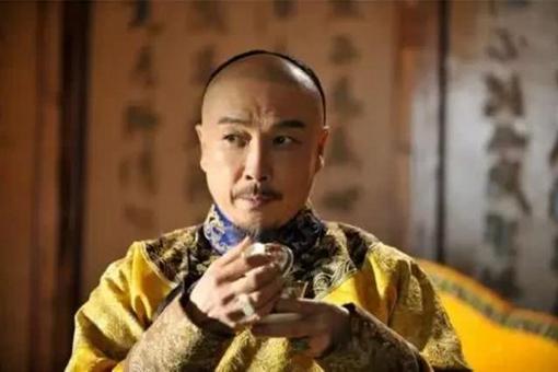 康熙第一次见到自己孙子乾隆的时候会什么会惊讶到放下手中的茶杯?
