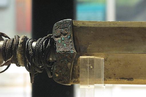 秦始皇陵里压弯的剑,弹直后去哪儿了?