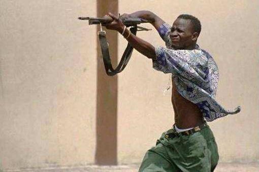 非洲军人拿ak是什么姿势?为何他们喜欢把AK-47举过头顶乱射?
