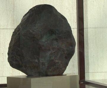60亿天价奇石图片,60亿天价奇石是阴阳石还是鸡血石?