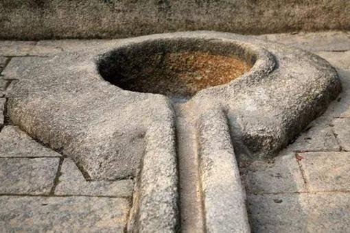 中国古代没有女厕所,女人是如何解决内急的?
