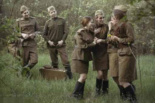 二战的苏联女兵为什么要穿裙子上战场?难道不会不方便吗?