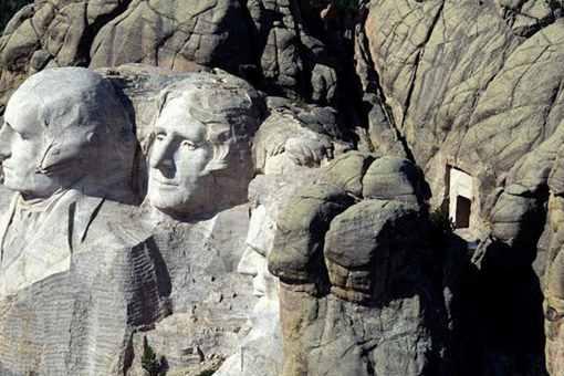 总统山的真实背面是什么样子的?总统山后面的门里有什么?