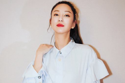 香港歌手、演员郑希怡出生