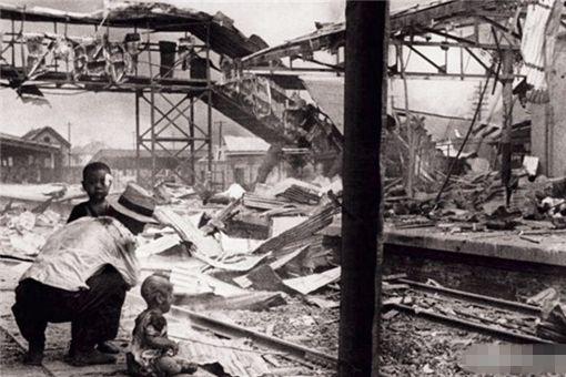 中国婴儿坐地哭泣的照片是谁拍的 照片对日本有什么影响