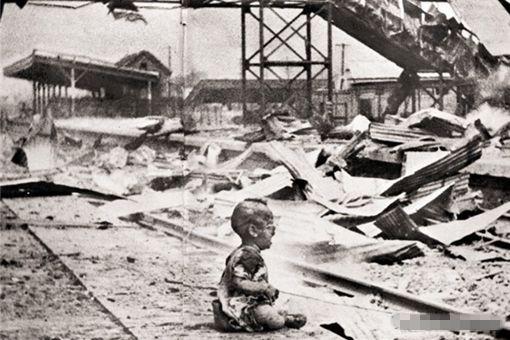 中国婴儿坐地哭泣的照片是