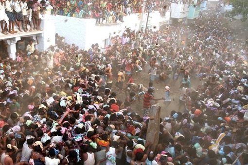 印度上千村民互扔牛粪送祝福 印度人为什么那么喜欢牛粪呢