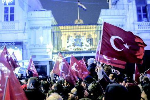 土耳其砸错大使馆烧错国旗