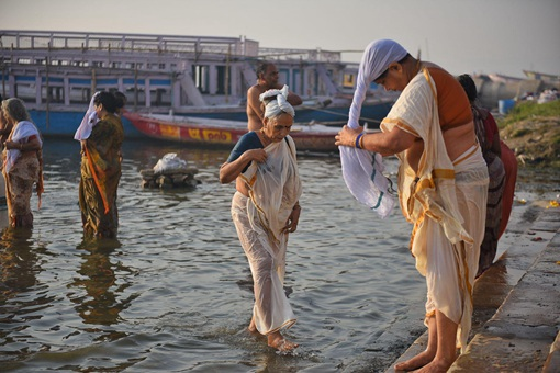 印度富人喝不喝恒河水 答案当然是否定的