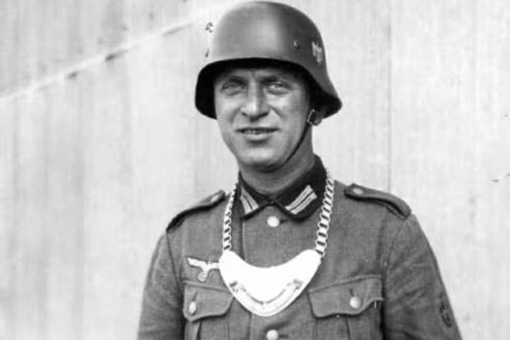 二战德国兵脖子上挂的半月形牌子是什么 又为什么要挂这个东西