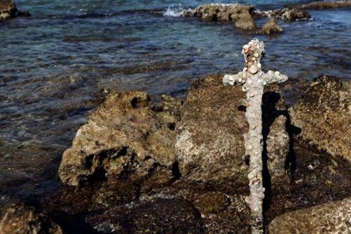 以色列潜水爱好者在水下意外发现900年前宝剑